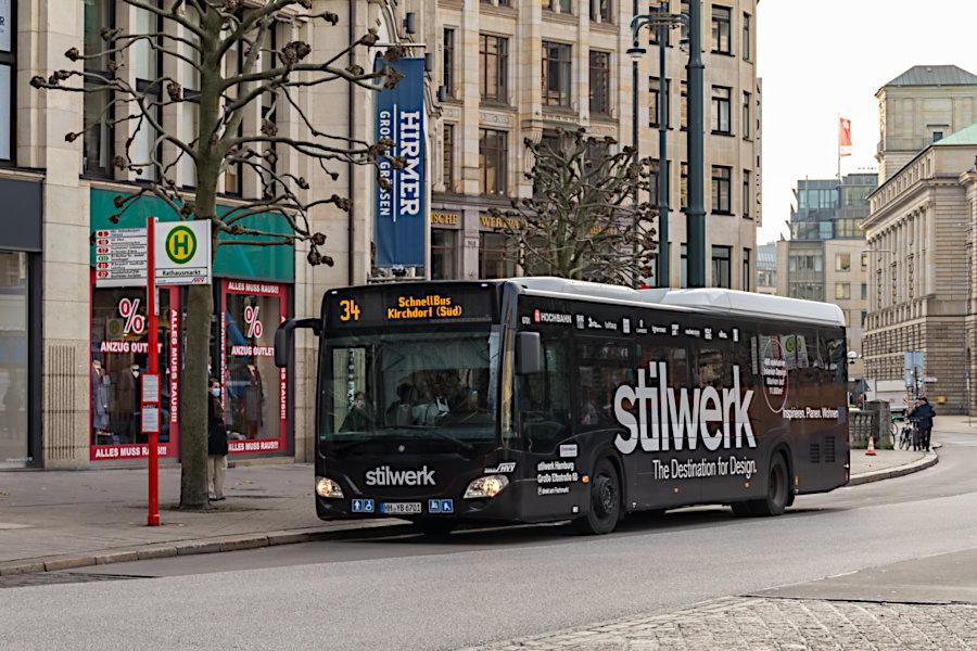 HHA 6701 auf der Schnellbuslinie 34 an der Haltestelle Rathausmarkt.
