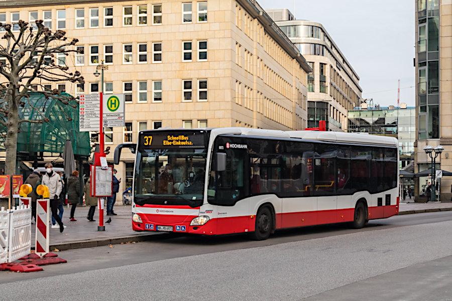 HHA 6973 auf der Schnellbuslinie 37 an der Haltestelle Rathausmarkt.