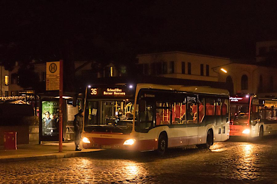 HHA 6975 auf einer der letzten Fahrten auf der Schnellbuslinie 36 an der Anfangshaltestelle S Blankenese.