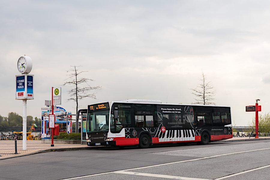 HHA 1002 auf der Linie 111 an der Haltestelle Teufelsbrück (Fähre).