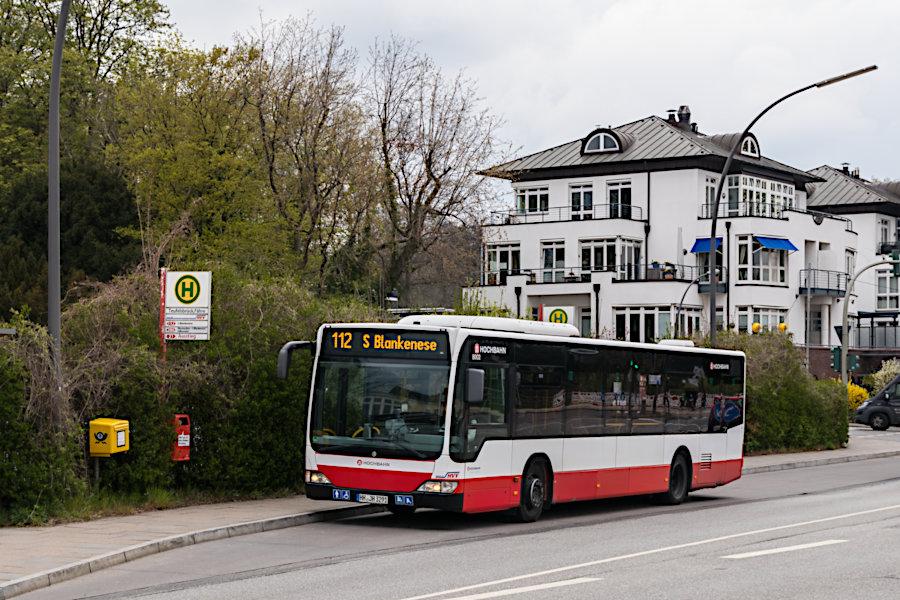 HHA 8002 (ex Jasper) auf der Linie 112 an der Haltestelle Teufelsbrück (Fähre).