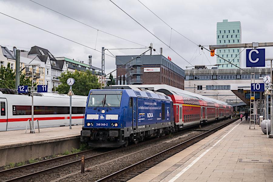 246 011 der Press mit RE 11014 im Bahnhof Hamburg-Altona