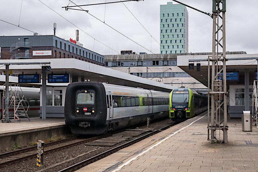 DSB 5089 >>Asger Jorn<< bei der Abfahrt als IC 386 aus dem Bahnhof Hamburg-Altona.