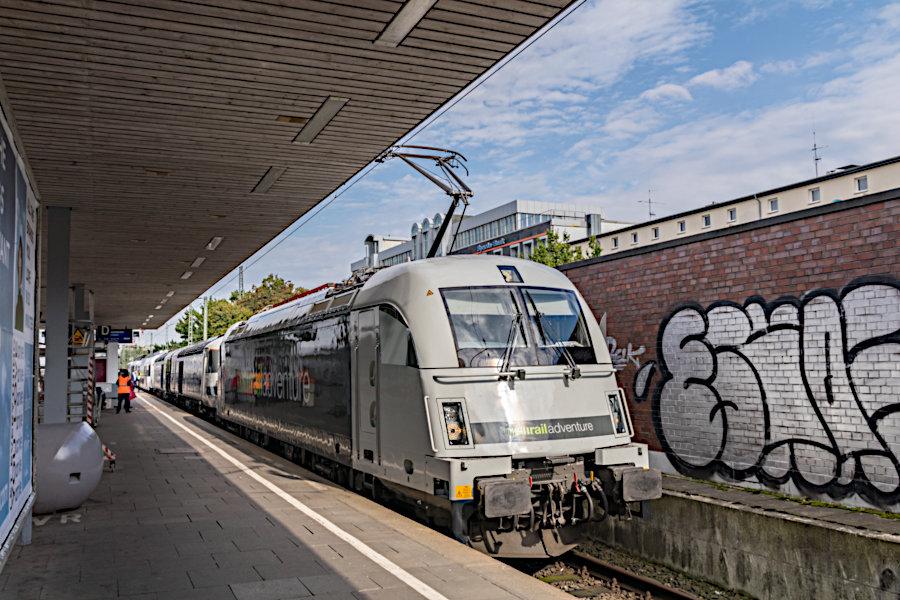 RailAdventure 183 500 mit dem >>Mobile Messe<<-Zug im Bahnhof Hamburg-Altona.